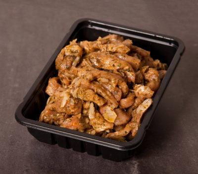 En plastikbakke med hjemmelavet marineret svinekød, altså gyros