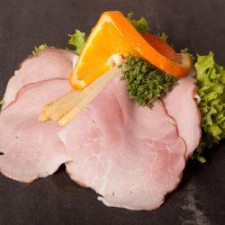 hjemmelavet luksus smørrebrød med hamburgerryg, en skive appelsin og salat