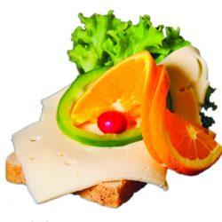 En skive franskbrød ost, en skive appelsin, peberfrugt og salat