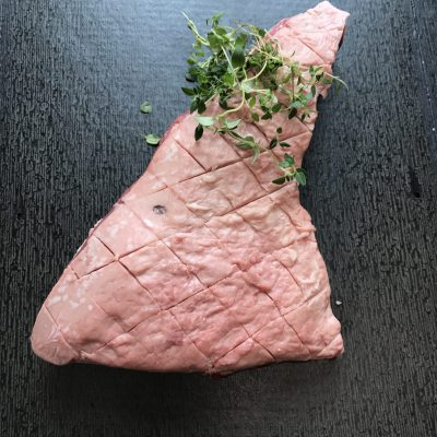På billedet vises der en amerikansk cuvette med noget grønt krydderi ude på enden