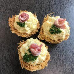 Billedet viser 3 kartoffel fuglereder med kartoffelmos i midten