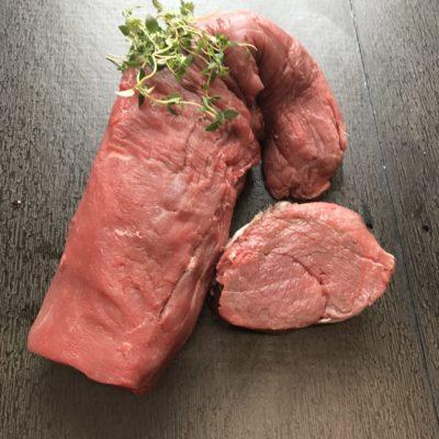 På billedet vises der en dansk velhængt oksemørbrad. Der er noget grønt krydderi på.