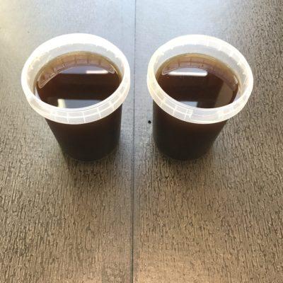 Billedet viser 2 bøtter sauce.