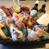 På billedet ses en julegavepakker med en masse af Vollstedts produkter. Det er produkter som spegepølse, kødpølse, øl